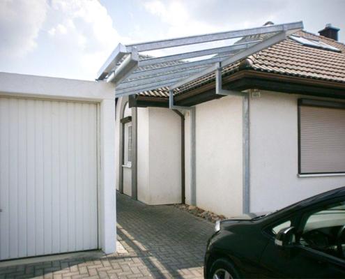 Carport Metall zwischen Haus Garage