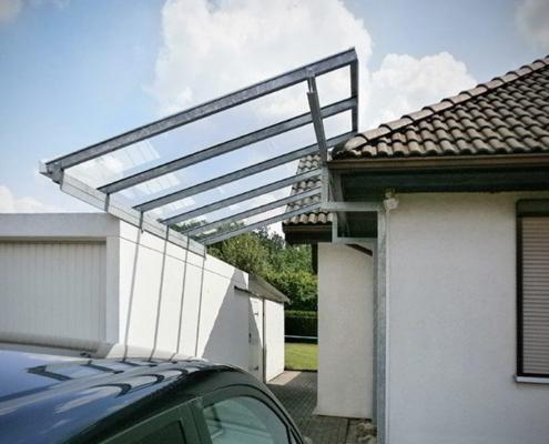 Carport Metall zwischen Haus Garage2