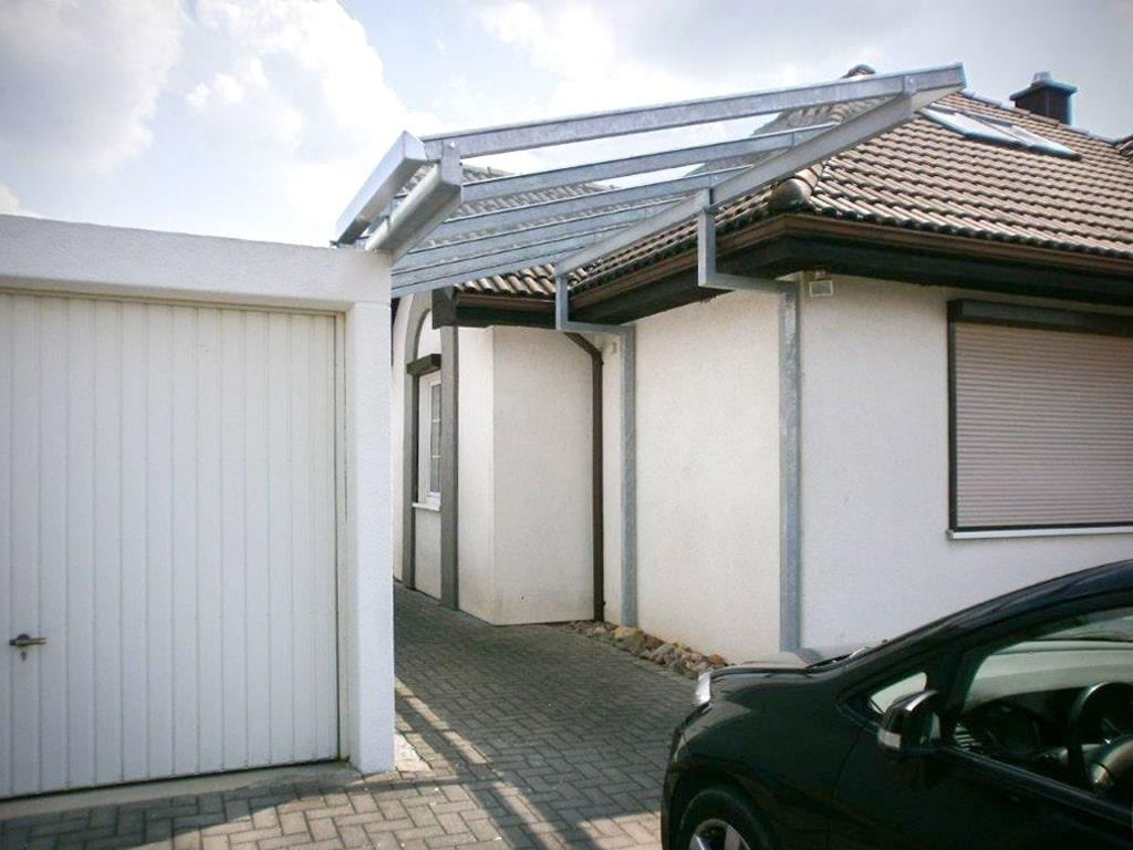 Carport zwischen Haus und Garage